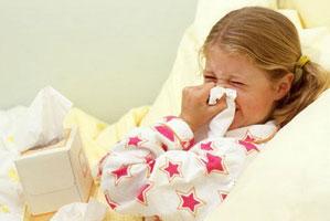 Больная девочка лежит в постели