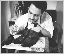 Мужчина создает черные туфли