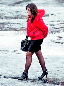 Девушка на каблуках зимой